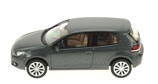 Volkswagen Golf 3p. Serie V (2003) Wiking 172253 1/87 Gris Osc. Metalizado