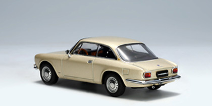 Alfa Romeo 1750 GTV (1967) Autoart 50104 1/43