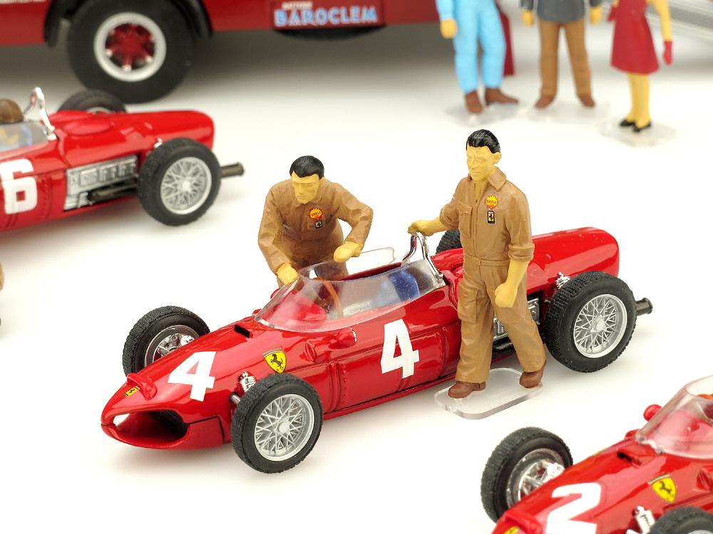Mecánicos empujando Ferrari F156 (1961) Brumm F074 1/43