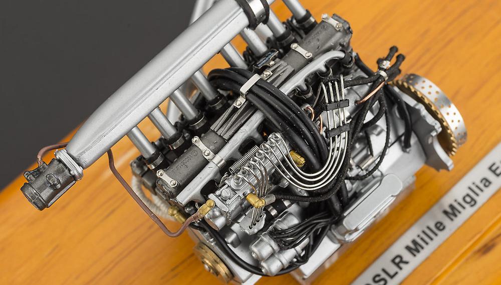Motor Mercedes Benz 300 SLR con vitrina CMC M120 1:18