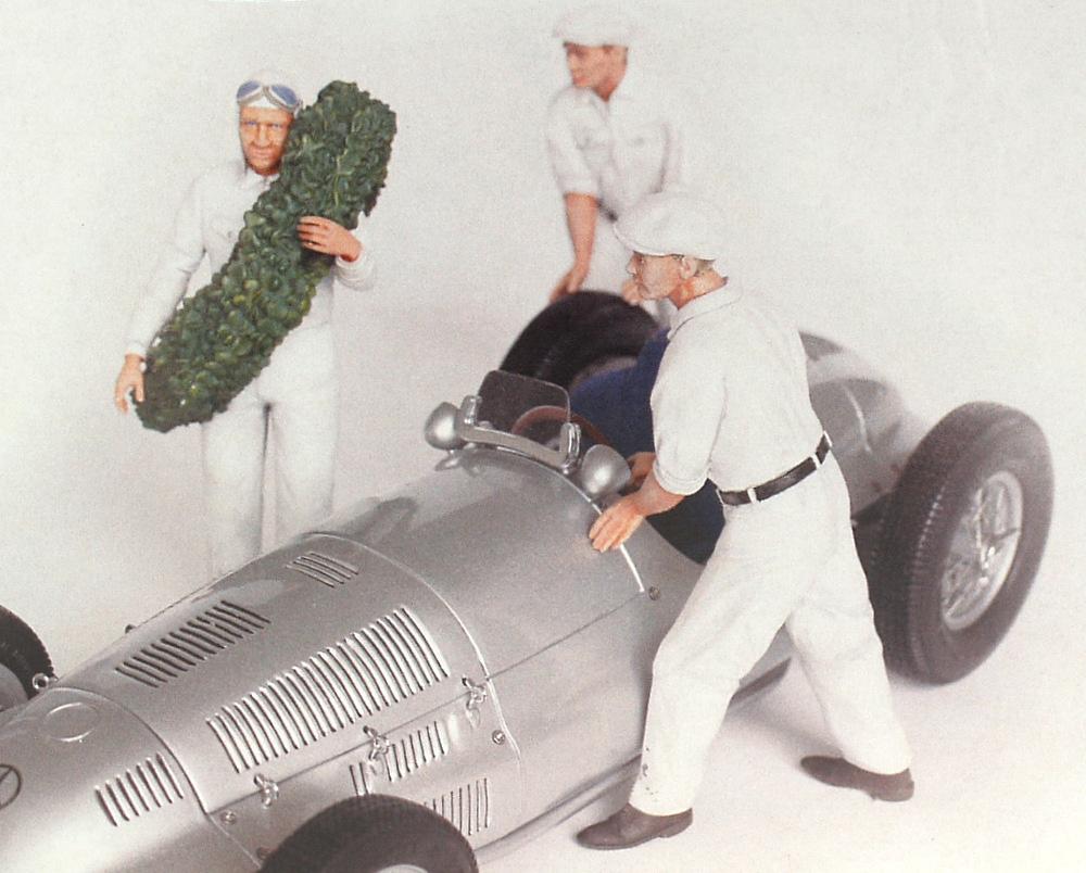 Set de piloto y 2 Mecánicos Mercedes empujando vehículo Figutec 18S103 1/18