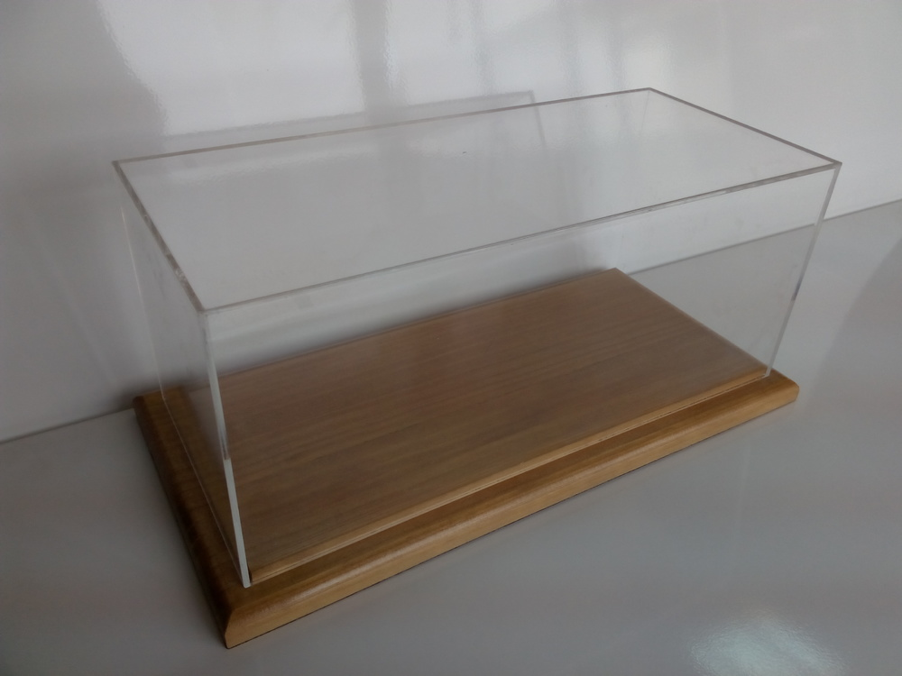 Urna de metacrilato con peana de madera para escala 1:18