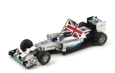 """Mercedes W05 """"1º GP. Abu Dabi"""" n°44 Lewis Hamilton con bandera (2014) Spark 1:18"""