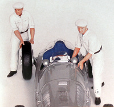 Set de 2 Mecánicos Mercedes empujando vehículo Figutec 1/18