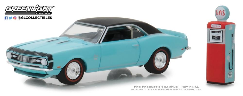 Chevrolet Camaro SS con surtidor antiguo de gasolina (1968) Greenlight 97050B 1/64