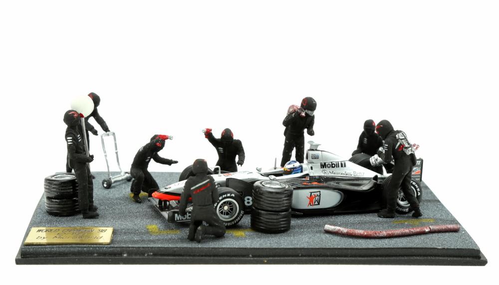 Diorama con 8 figuras McLaren MP4-13 nº 8 Mika Hakkinen (1998) MicroWorld BE08 1/43