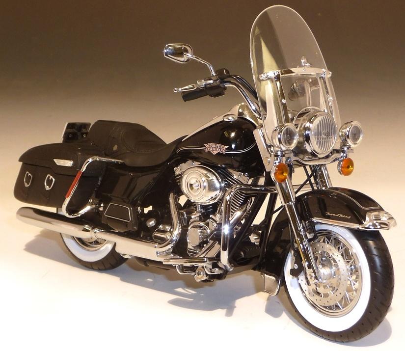 Harley Davidson FLHRC Road King (2011) ERTL 81172 1/12
