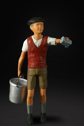 Niño con cubo en Gasolinera Figurenmanufaktur 180007 1:18