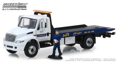 """Camión International Durastar con rampa y figura de mecánico """"Goodyear"""" (2013) Greenlight 1/64"""