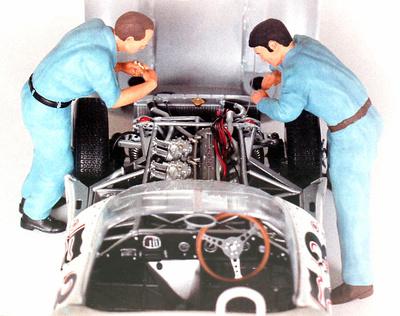 Conjunto de 2 mecánicos manipulando el motor Figutec 1/18