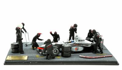 Diorama con 8 figuras McLaren MP4-13 nº 8 Mika Hakkinen (1998) MicroWorld 1/43