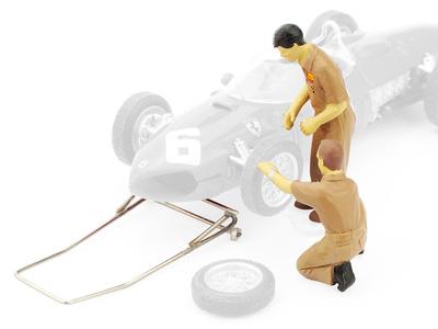 Mecánicos con elevador cambiando neumáticos Ferrari F156 (1961) Brumm 1/43